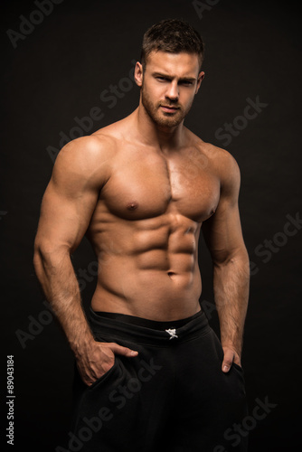 Fotografie, Obraz  Svalnatý muž model ve studiu