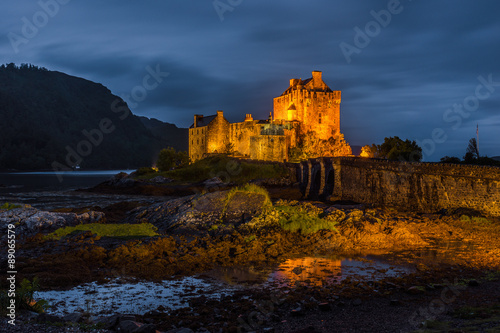 Deurstickers Kasteel Eilean Donan castle in the night, Scotland