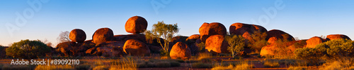 In de dag Australië Devil's Marbles, Australia. The Devils Marbles are an extensive collection of red granite boulders in the Tennant Creek area of Australia's Northern Territory