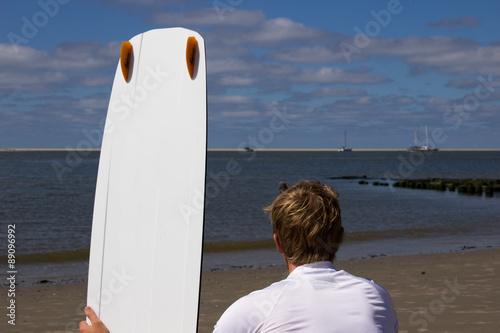 Fotografie, Obraz  Mann mit Kiteboard von hinten am Strand
