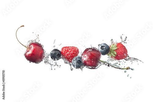 Fototapeta do kuchni Frutti di bosco con schizzi d'acqua isolati su fondo bianco