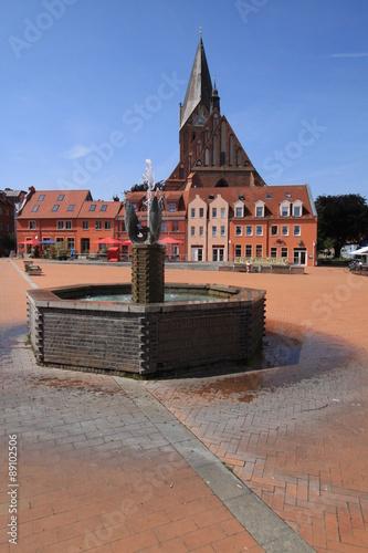 Fotografie, Obraz  Marktplatz mit Brunnen und St