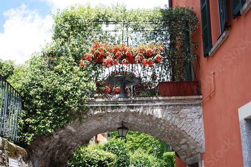 Photo  Flowering Bellagio under blue sky at Lake Como in Lombardy Italy