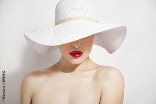 Fotografia red lips and white hat