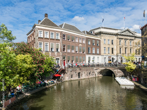 Plakat Urzędu Miasta most na Oudegracht kanale w mieście Utrecht, holandie