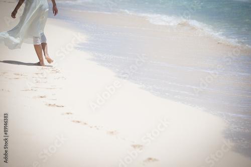 Canvas Print 海辺を歩く女性の足とあしあと