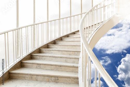 schody-wznosza-sie-w-gore-matthias-buehner