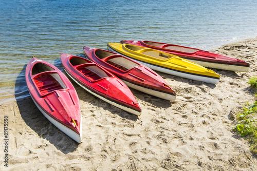 kolorowe-kajaki-zacumowane-nad-brzegiem-jeziora-jezioro-goldopiwo-mazury-pol