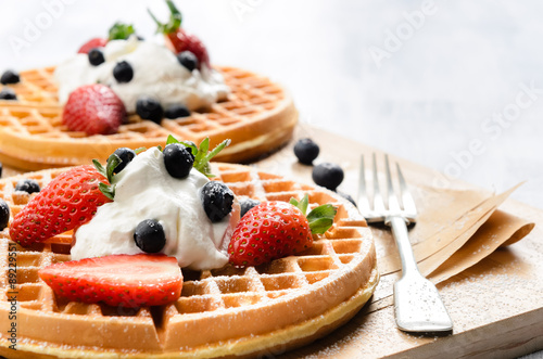Fotomural  Waffles with fresh fruit