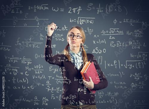 Foto Student Mädchen Schreiben von Formeln auf transparente Wand