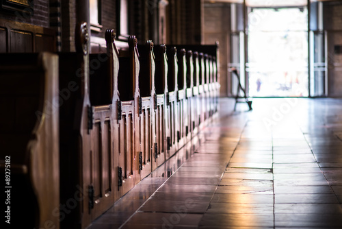 La pose en embrasure Edifice religieux Wooden pews in a row in a church