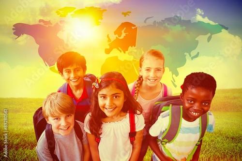 Zdjęcie XXL Złożony wizerunek uśmiechnięci mali szkoła dzieciaki w szkolnym korytarzu
