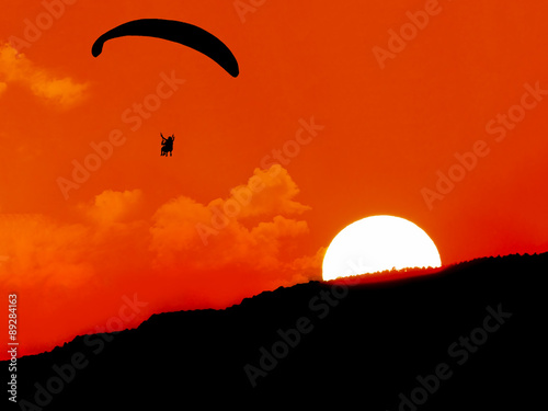 Spoed Fotobehang Luchtsport silhouette,paragliding at sunset