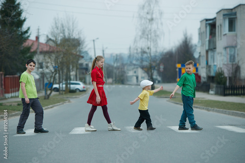 Photo  children crossing street on crosswalk