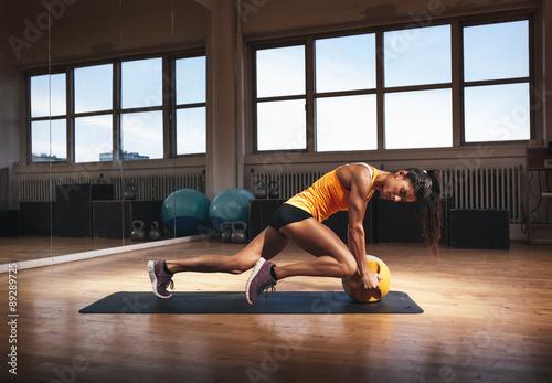 Tela  Muscular woman doing intense core workout
