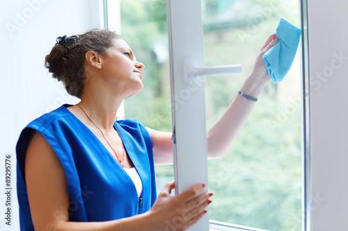 Fotografía  Mujer atractiva que lava la ventana