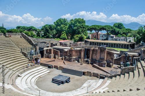 Carta da parati view of the ruin of amphitheatre - theatre in italian pompeii