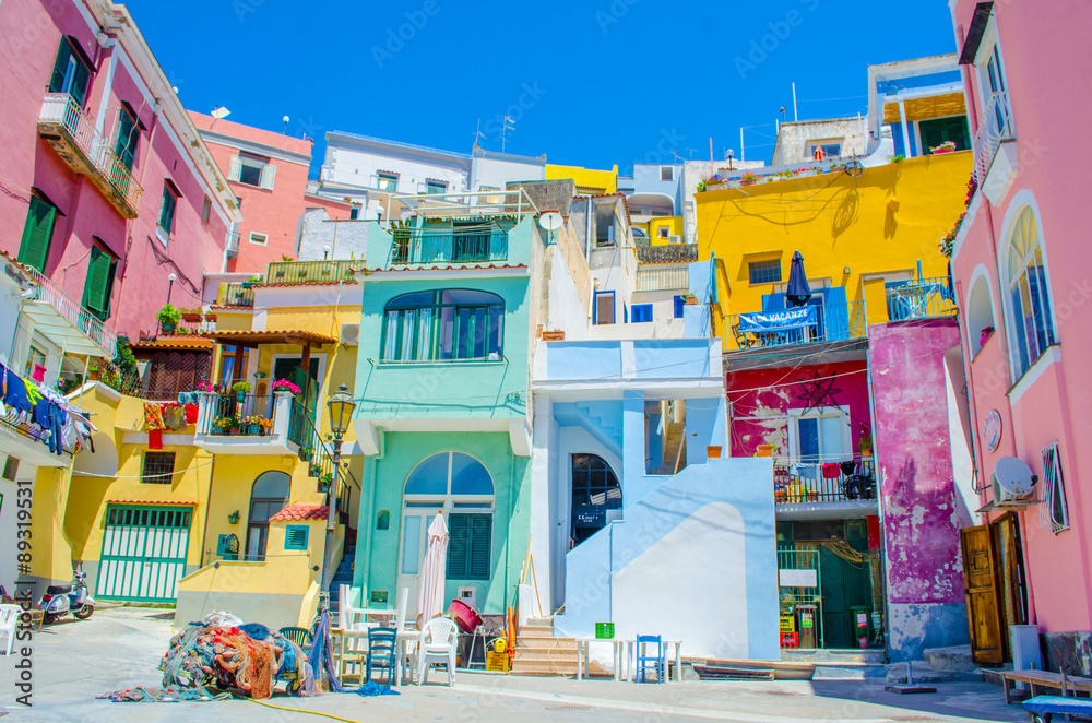 Fotografía italian island procida is famous for its colorful marina, tiny narrow streets and many beaches which all together attract every year crowds of tourists coming from naples - napoli