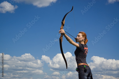 Photo Archery woman bends bow archer target narrow
