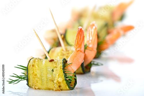 Foto auf AluDibond Bar Zucchini-Garnelen-Röllchen mit frischem Dill