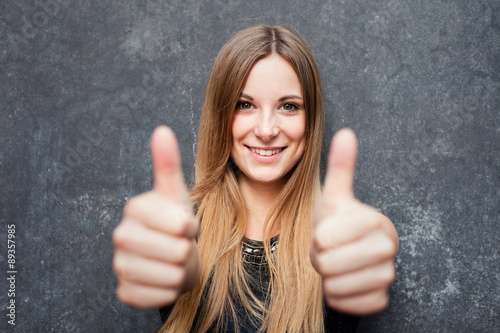 Fotografía  Teenage girl showing thumbs up with both hands