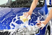 Autowäsche Per Hand Mit Einem Schwamm, Professionelle Reinigung Einer Motorhaube