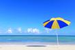 沖縄の青い海とビーチパラソル
