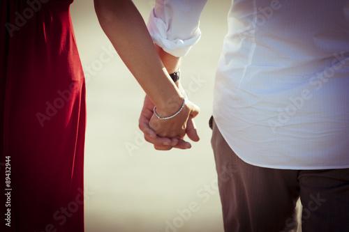 Fotografie, Obraz  coppia amore mano nella mano