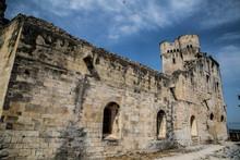 Verlassenes, Altes Kloster Mit Mystischer Wolkenstimmung