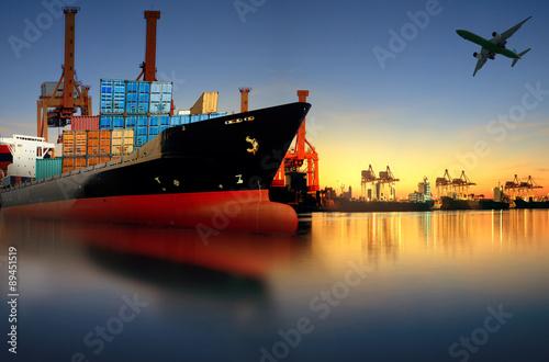 Fotografía Barco de contenedores en la importación, puerto de exportación contra hermosa ma