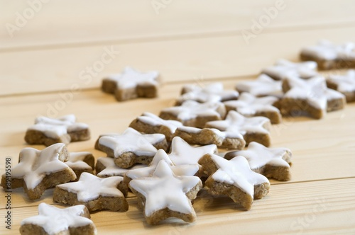 Türaufkleber Darknightsky Star-shaped cinnamon biscuits on a wooden surface