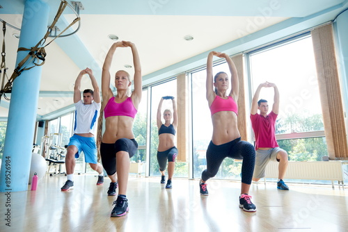 plakat group of people working out in a fitness gym