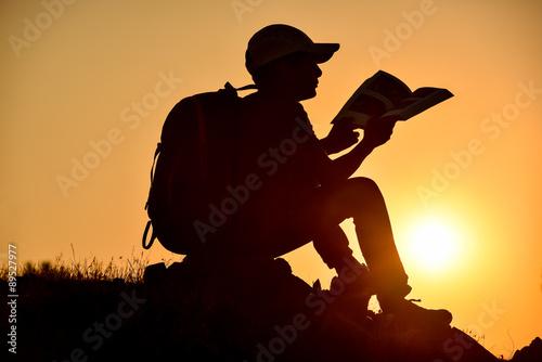 Fotografie, Obraz  Gündoğarken Kitap okuyan Genç