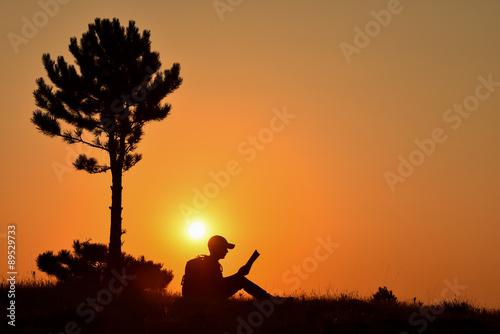 Fotografía  ağaç altında kitap okumak