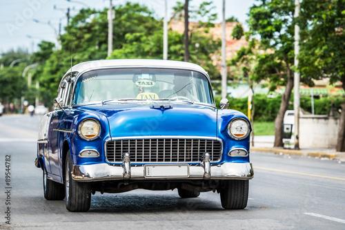 Wall Murals Old cars Auf der Strasse fahrender amerikanischer Oldtimer in Varadero Kuba