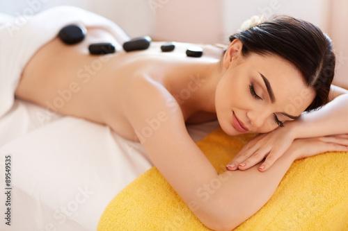Fotografia Spa Stone Massage. Young Woman Have Hot Stone Massage Treatments