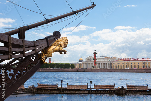 Foto auf AluDibond Schiff Nose of an old ship, decorated with a sculpture of a golden lion on a background of a panorama of St. Petersburg