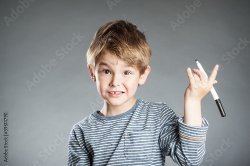 Photo  Portrait, Junge, Stift, grauer Hintergrund, Emotion, nachenken