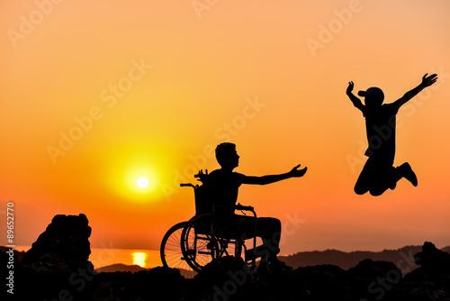 Valokuva  engelli kişiyi mutlu etmek ve etkileyici hareketler sergilemek