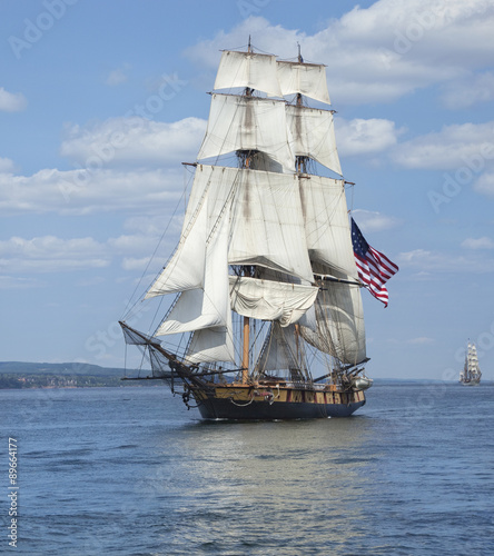 In de dag Schip Tall ship with American flag sailing on blue waters