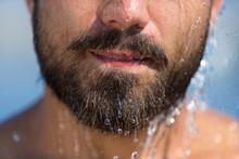 Mann Mit Bart Unter Der Dusche