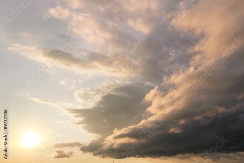 piekne-chmury-rozciagniete-o-zachodzie-slonca