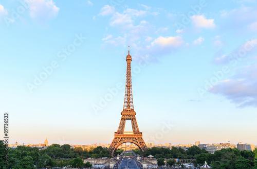 Cadres-photo bureau Batiment Urbain Eiffel Tower with blue sky, Paris