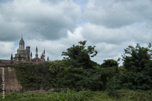 Keuken foto achterwand Monument Monumento della Certosa con nuvole e natura