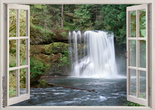 Otwórz okno z widokiem na Upper Notrh Falls i rzekę