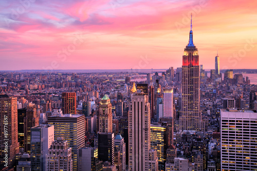 Tuinposter New York New York City Midtown with Empire State Building at Amazing Sunset