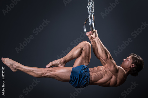 In de dag Gymnastiek Strong gymnast guy on the rings