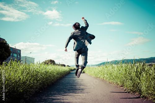 Fotomural 道路でジャンプをするスーツのビジネスマン