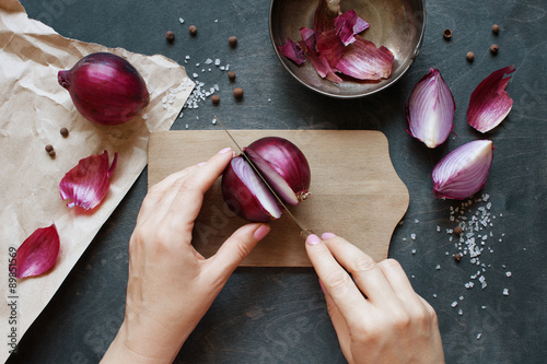 Fotografía  Hand cut red onion