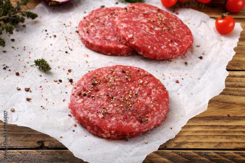 carne cruda hamburger sfondo rustico Tablou Canvas